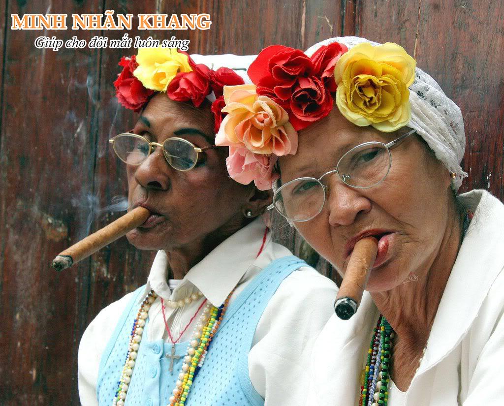 Tuổi tác và thói quen hút thuốc lá làm tăng nguy cơ mắc thoái hóa điểm vàng